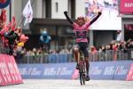 Egan Bernal gewinnt die Etappe über den Passo Giau als Solist mit großem Vorsprung (Foto: twitter.com/giroditalia)