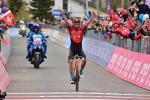 Der Giro-Zweite Damiano Caruso feiert auf der Alpe Motta den größten Sieg seiner Karriere (Foto: twitter.com/giroditalia)