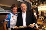 Bruno Risi (39) und Patrick Sercu (62). Der Sixdaykönig unter den aktiven Fahrern (50 Siege) und der Sechsttagekaiser (88 Siege) lesen die neuesten Sixdaysberichte über das 96. Berliner Sechstagerennen 2007. Foto: Adriano Coco.