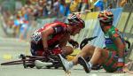 Bergfahrer Juergen Van Den Broek und Domenico Pozzovivo stürzen im Massensprint, 91. Giro
